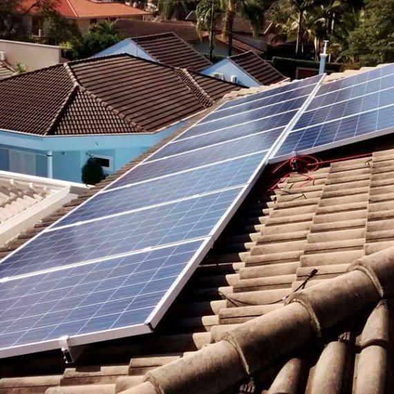 Foto de uma fileira de painéis fotovoltaicos (8) que formam o sistema do projeto residencial Limeira I. Estão instalados em cima do telhado.