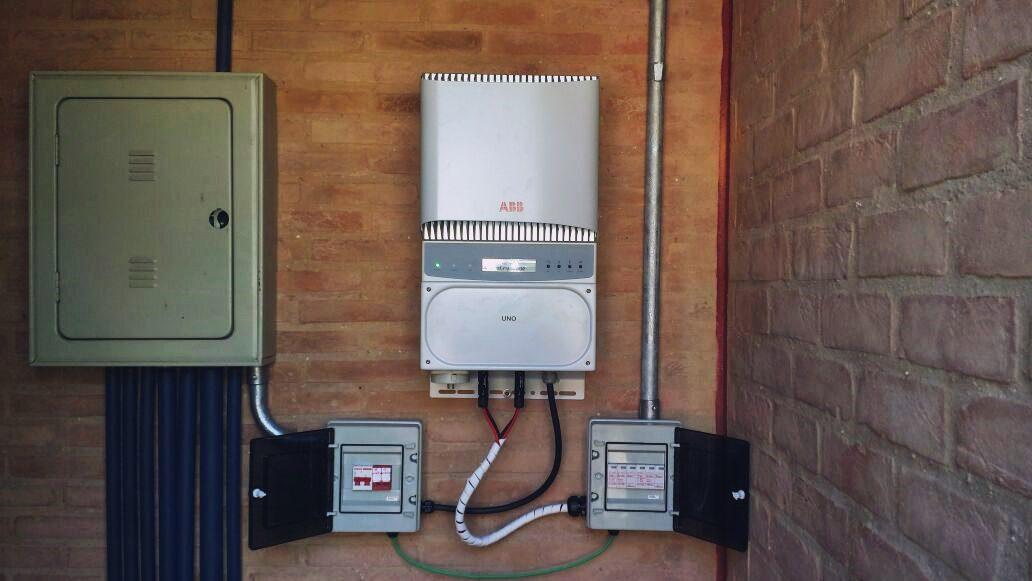 Foto de um inversor - complemento no post sobre solução em energia solar.