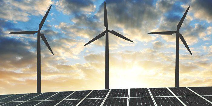 Foto com paineis fotovoltaicos, turbinas eólicas e céu crepuscular indicando o avanço da energia solar e outras renováveis.