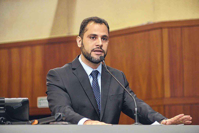 Deputado estadual Simeyzon Oliveira; post sobre o futuro sustentável trazido pela energia solar em Goiás