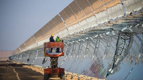 Foto dos espelhos da estação de energia solar termoelétrica de Ashalim por Gilad Kavalerchik / Negev Energy