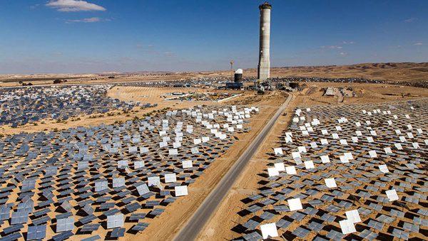 foto da usina solar de israel que mistura tecnologia termoelétrica solar e fotovoltaica e céu azul ao fundo