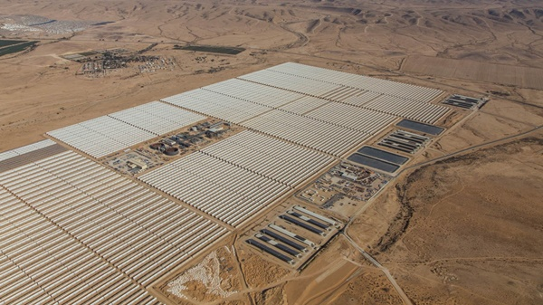 foto da usina solar de israel que mistura tecnologia termoelétrica solar e fotovoltaica cercada por uma área desértica